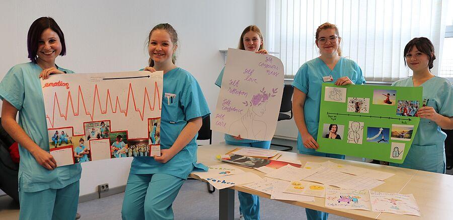 Wie habe ich meinen Berufsstart erlebt? Die 18 Azubis, die im September 2020 ihre Ausbildung im Klinikum Magdeburg begonnen haben, haben ihre Erfahrungen künstlerisch dargestellt. Hier zeigen Belana Pott (von links), Janis Leßmann, Lara Behrend, Annika Richau und Joana Frantik ihre kreativen Arbeiten.