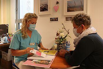 Im Gespräch erhalten Betroffene eine umfangreiche Informationsmappe, die Grit Lüdke für die Patienten des Brustzentrums am Klinikum Magdeburg zusammengestellt hat.