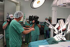 Was passiert wo im Körper? Das erklärt hier Dr. med. Rainer Hein, Chefarzt der Klinik für Urologie und Kinderurologie, den Medienvertretern.