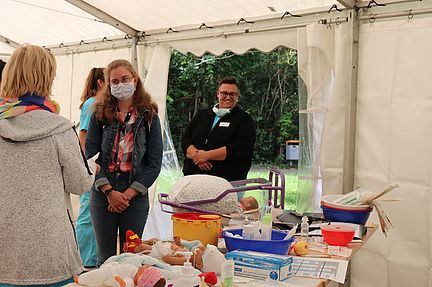 Injektionen setzen, Babys versorgen - das Aufgabenfeld der Pflegekräfte im Klinikum Magdeburg ist vielfältig und wird beim Bewerbertag präsentiert.