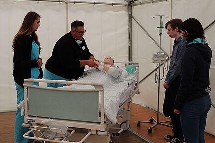 Wie werden Auszubildende im Klinikum Magdeburg angeleitet? Die zentralen Praxisanleiter zeigen den Interessenten diverse Anleitungssituationen.