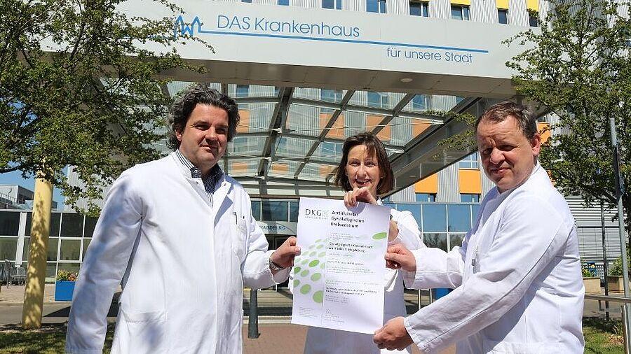 Das Gynäkologische Krebszentrum am Klinikum Magdeburg ist durch die Deutsche Krebsgesellschaft zertifiziert. Darüber freuen sich hier im April 2020 Dr. Bärbel Morenz, Oberärztin der Gynäkologie und Koordinatorin des Gynäkologischen Krebszentrums, und Prof. Dr. med. Holm Eggemann (rechts), Leiter des Zentrums und Chefarzt der Klinik für Frauenheilkunde und Geburtshilfe, sowie Prof. Dr. med. Christoph Kahl, Chefarzt der Klinik für Hämatologie, Onkologie und Palliativmedizin.